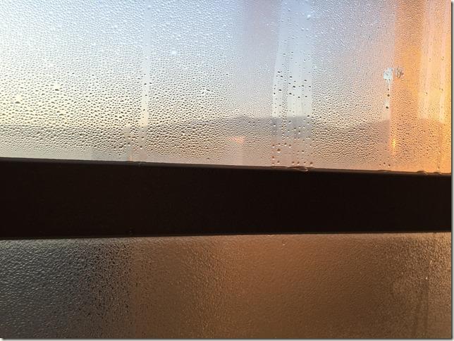 冬の結露対策に効果的なグッズ。窓ガラスには吸水テープと結露取りワイパー。