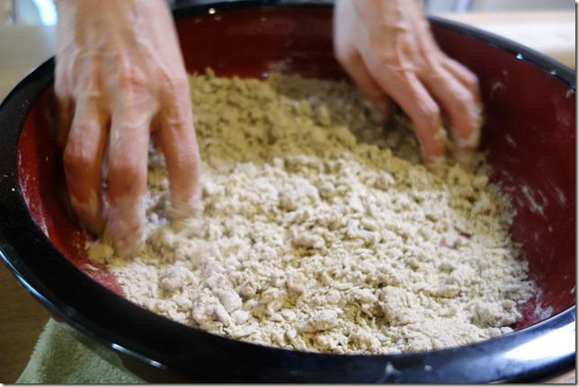 年末はそば打ちセットで一家団欒。初心者家族の蕎麦の打ち方。
