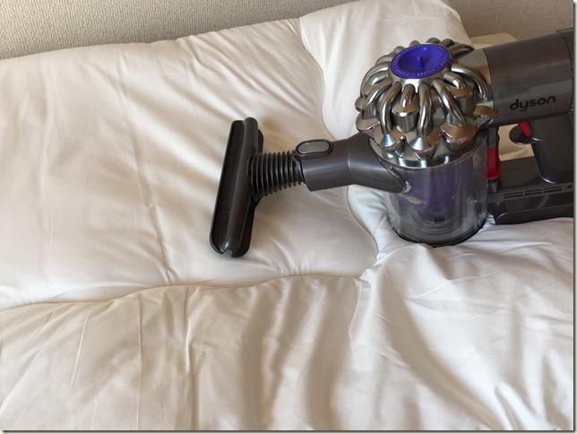 花粉の時期。外に布団が干せない対策としてダイソンDC61で布団に掃除機をかける利点。